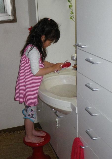 天使に守られ働く4歳の娘