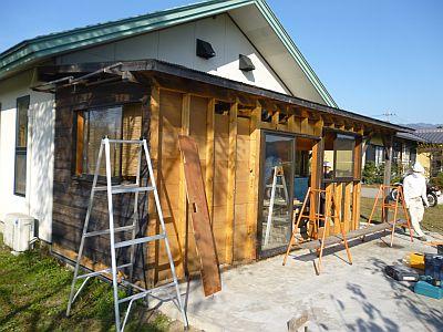 工房に作りつけた小屋の壁板が、あっという間に・・・