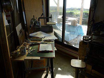 工作したくって 空いた場所に机を並べ・・・