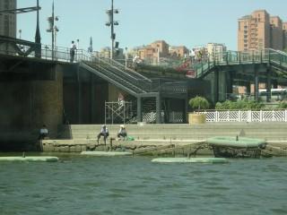 金湯橋の下で釣りをする人々