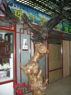 木彫り屋さんの前で