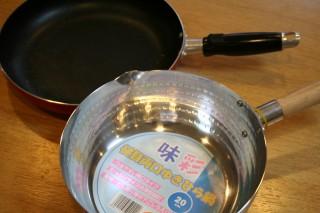 小ぶりのフライパンと雪平鍋