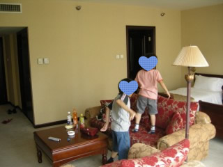 部屋でくつろぐ子供たち2