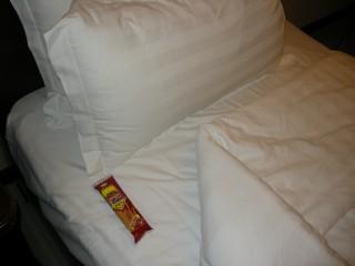 何故かベッドにお菓子、、、