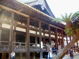 厳島神社横の建物