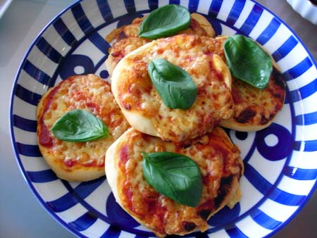 バジルとトマトピザ