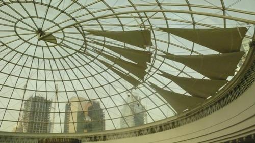 ショッピングモールの天井