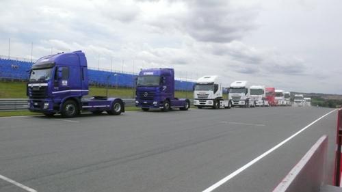並んだトラック