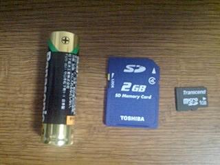 SDとmicroSDと単3電池の大きさ比較