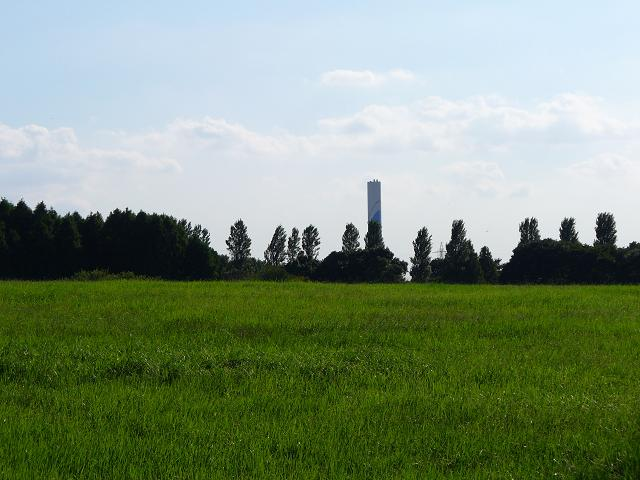 広場の彼方にそびえる塔