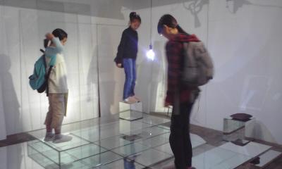 石田倉庫アート透明BOX乗り.jpg