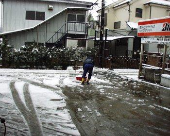 雪かき店長。