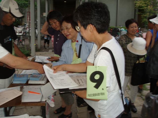 08-08-07 盆踊り 署名コーナー2