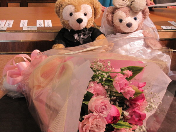 ウエルカムボードを飾るクマとバラ