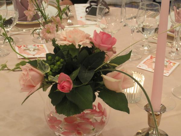 披露宴のテーブルのバラの花