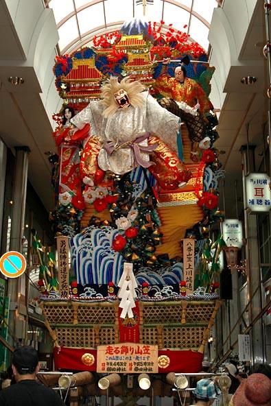 平成16年度の飾り山笠公開中の八番山笠上川端通