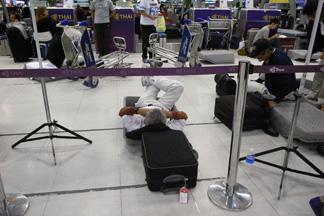 トレーで寝る人