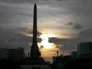夕暮れの戦勝記念塔