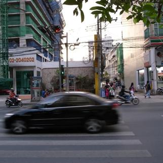 横断歩道を衝ききる車