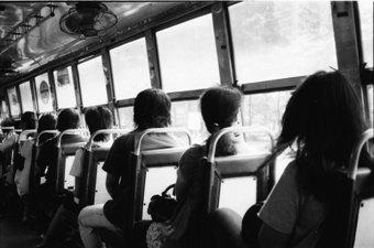 朝のバスで