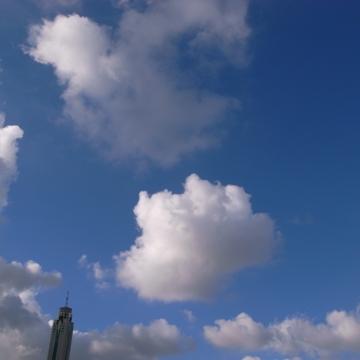朝、雲の浮かぶ空