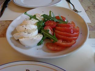 水牛チーズとトマト