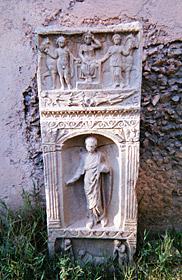 碑:アポロ-ジュピター-ディアナ[アポロン-ゼウス-アルテミス]