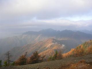朝日があたる紅葉の山々