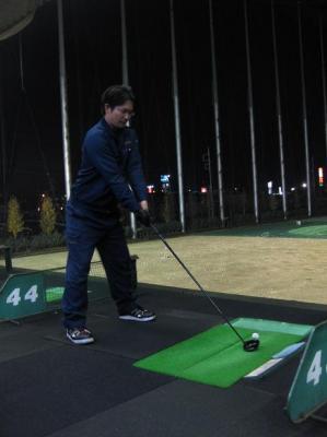 ゴルフの練習するウチダさん