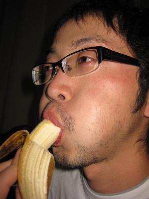 バナナを食べる私