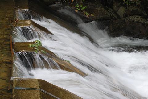 菅沼川の堰の水流