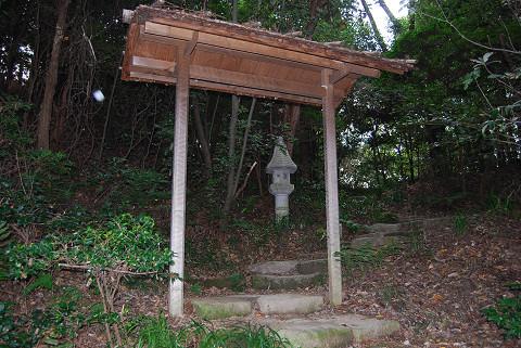 門の向こうに石灯籠