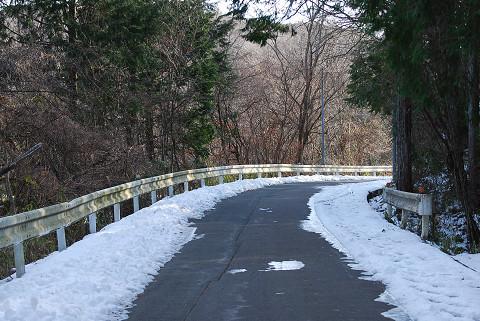 雪が残る道