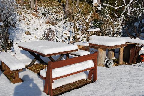 ベンチやテーブルが