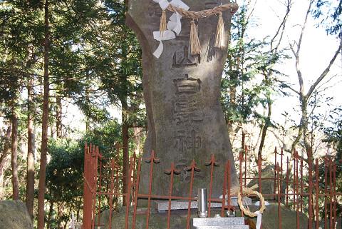 白髭神社の石の塔が