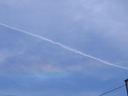 虹と飛行機雲