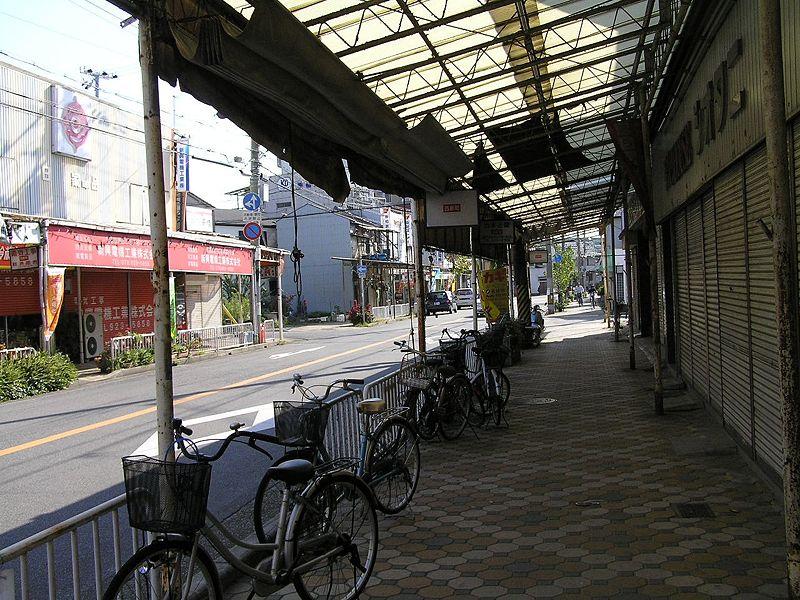 800px-西新町駅前通PA211855