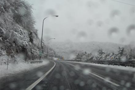 雪の東名高速