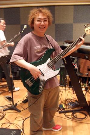 Bassを持つDK