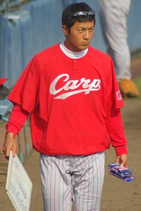 20080429_試合後に投手陣の荷物の後片付けをする出番のなかった今井啓介