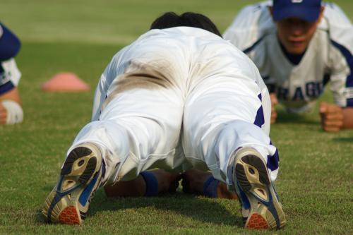 20080429_試合後に肉体系のトレーニングをする中日ドラゴンズ野手の後姿