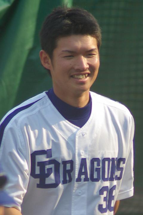 20080429_試合後のストレッチを終え、ベンチへ戻ってくる笑顔の谷哲也