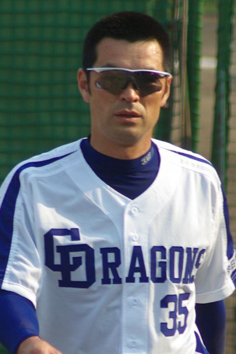 20080429_試合後のストレッチを終え、ベンチへ戻ってくるグラサン姿の上田佳範