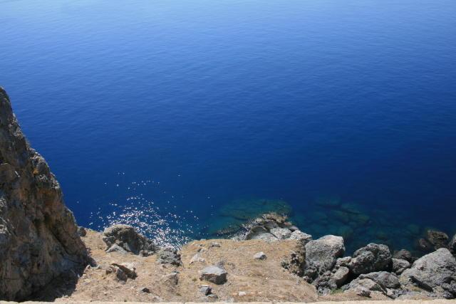 断崖絶壁の下には紺碧の海