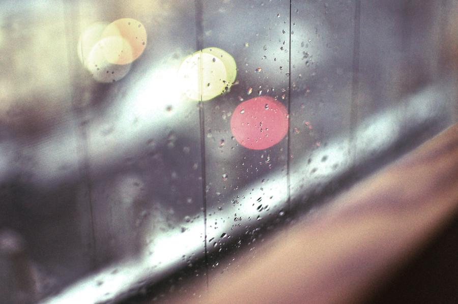 雨 窓 外