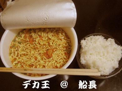 日清食品(株)デカ王2.0超大盛超麺キムチ30%増量!!豚キムチ醤油味
