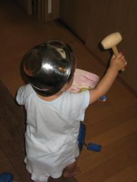 三輪車にボウル帽子