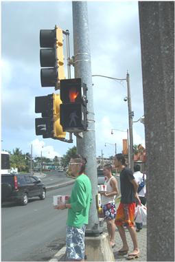 横断歩道。止まれは手