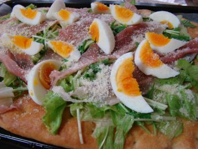フォカッチャ(その4)で、生ハムサラダのピザ!