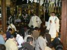 祈祷を受ける信者